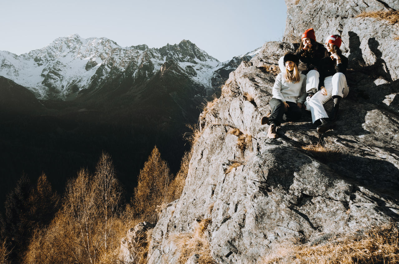 Hanging out on a rock wall Friends Friendship Friens Girls Hat Landscape, Mountain Peak Mountain Range Mountain View Only Women Pose Rock Rocks View View From The Top Viewpoint Winter Winter Trees Winterscapes Wintertime Lieblingsteil