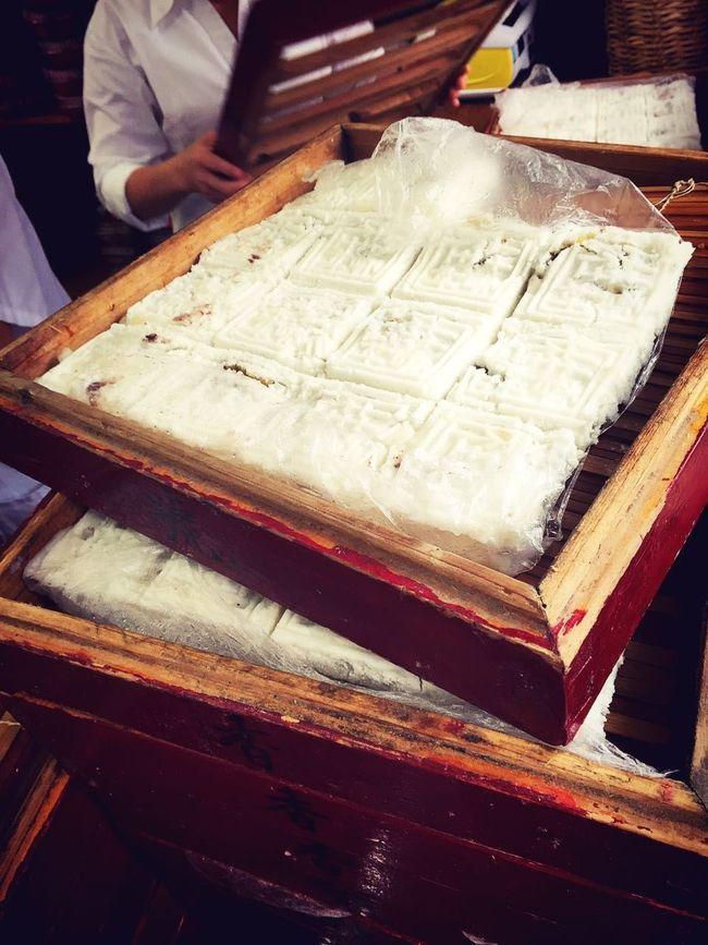 Osmanthus cake Suzhou Than three hundred years, making succession osmanthus cake candy Square continuous improvement process, now with refined sugar, malt sugar, flour, rice flour, vegetable oil, honey, laurel, etc. for the production of raw materials. Proper proportions with a good, steamed, fried, grind, mix, roll, box, knife and other refining processes. The product has a white jade, sweet and refreshing, delicate slag, cinnamon rich features. Cake Chinese Traditional Cakes IPhoneography Suzhou