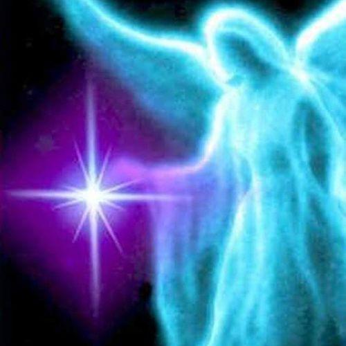 Gli Angeli ti sussurrano che quando il tuo cuore è in tempesta, come la tempesta solare di questi giorni, dove i picchi di energia si fanno proprio sentire a livello vibrazionale, è più difficile trovare la rotta giusta per condurre i tuoi pensieri in un porto sicuro. Ti lasci trasportare dalla furia impetuosa e questa ti trascina lontano dalla meta, lontano da ciò a cui aspiri: se invece con calma porti l'attenzione sul tuo ascolto interiore e osservi ciò che sta accadendo, riduci la tensione che si è venuta a creare e tutto si placa, conducendoti pian piano verso la bonaccia, il tuo cuore in tumulto si ricolma di una dolce e amorevole brezza e ritorna a risplendere la tua Luce, ritorna il sereno, ritorna la pace. Angels Angeli Angelocustode Spiritualità