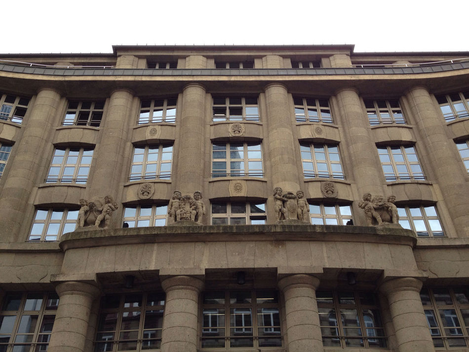 …like this front façade of a building near the Börse!