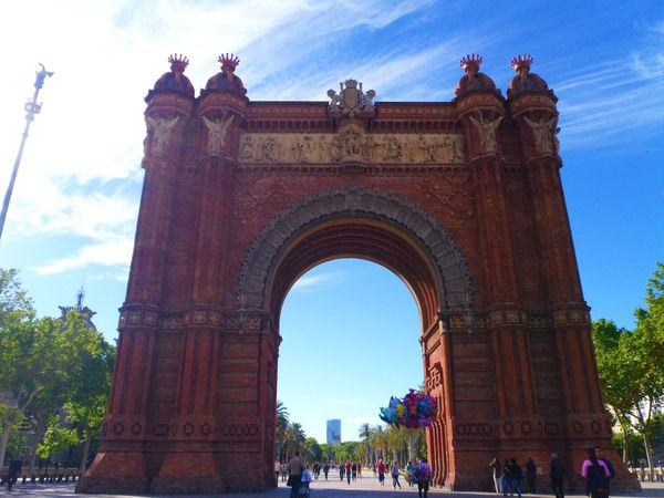 #barcelona #lovethese #loveTravel #monuments #picoftheday #sky #sunnyday #trip Arch Architecture Day History Large Group Of People Men Outdoors People Real People Sky Tourism Travel Travel Destinations Triumphal Arch Women