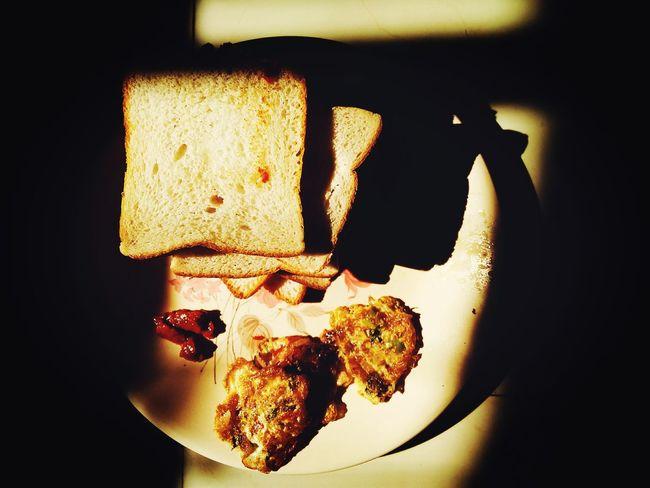 Breakfast with the perfect lights. Light Breakfast Bread Omlet Schezwan Chutney Mobilephotography Motog2 Taking Photos