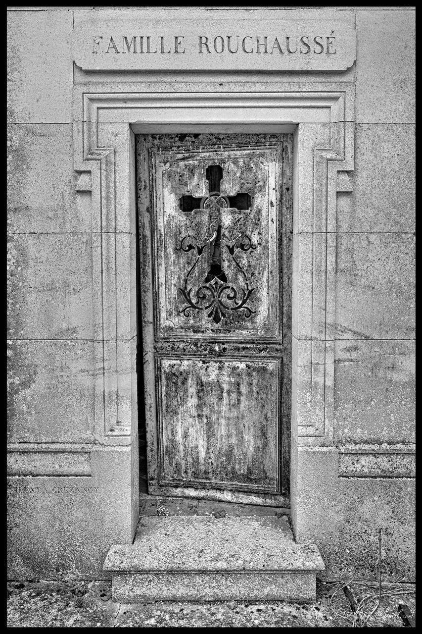 day, door, human representation, outdoors, built structure, no people, bas relief, architecture, sculpture, building exterior