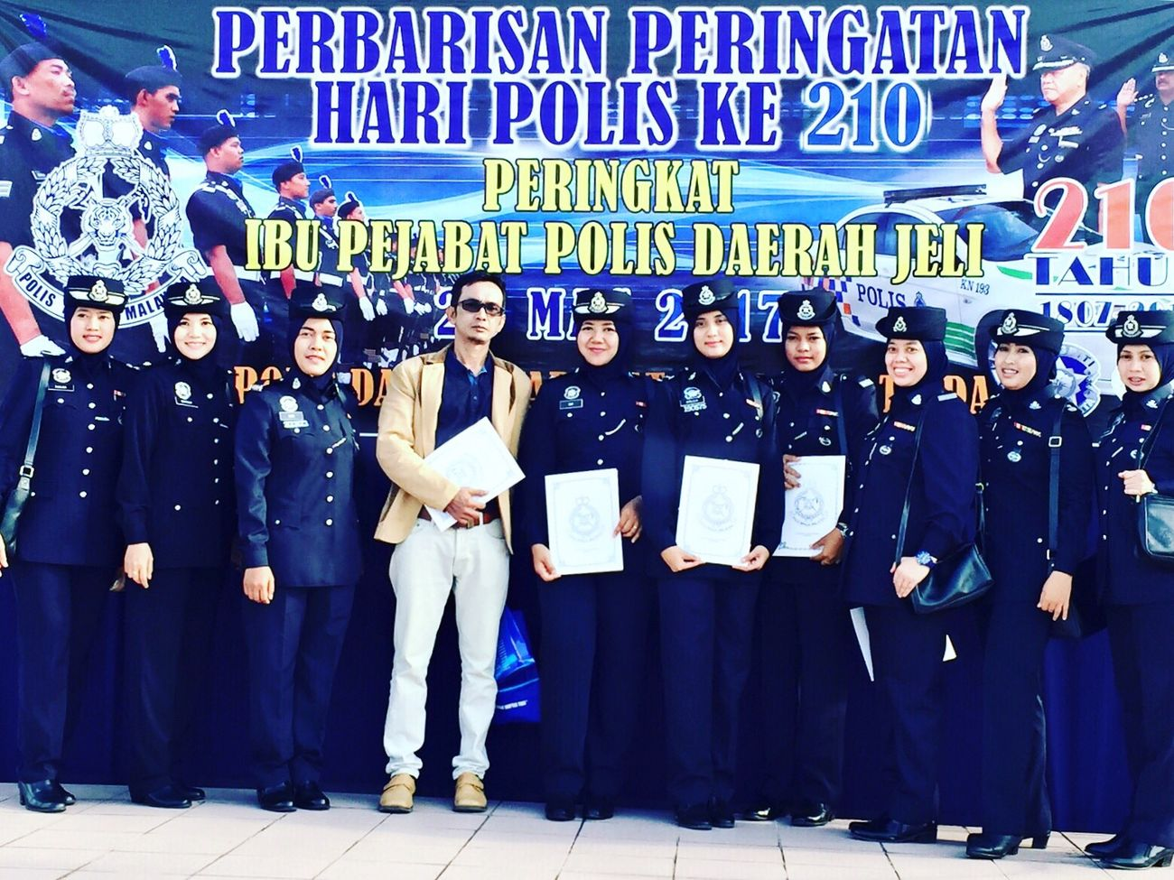 🇲🇾Selamat Hari Polis 210 Tahun 2017👮🏻‍♀️ Hi Its Me Self Portrait Police Woman Police Uniform Woman In Uniform Woman Portrait Woman Of EyeEm Self Portrait Young Women Adult Young Adult Human Body Part Portrait Photography Front View Outdoors Happy Police Day 2017 Kelantan #malaysia