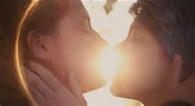 眼睛是人的靈魂之窗,眼神的流轉,愛何時萌芽,為何殞落,無需語言就能輕易明白,長達一個小時的性愛場面,思考過後才懂,為何能強烈感到到阿黛兒和艾瑪之間的愛,因為相愛的彼此在性愛中解放,坦誠相見彼此歡愉,她們是如此契合自然,如果少了這段,我們也很難進入她們彼此的世界,更因為這樣她們的冷淡和分手更是牽動觀眾的心,我們見證她們的愛再經歷分手,每一個階段彷彿也投射了什麼,教育、家庭、夢想、價值關的差異慢慢離散了兩人,愛情的熱和激情褪去,剩下冷漠和生活,被背叛的人那種無法釋懷,而做錯錯事充滿毀恨與遺憾,那無關性別,愛情