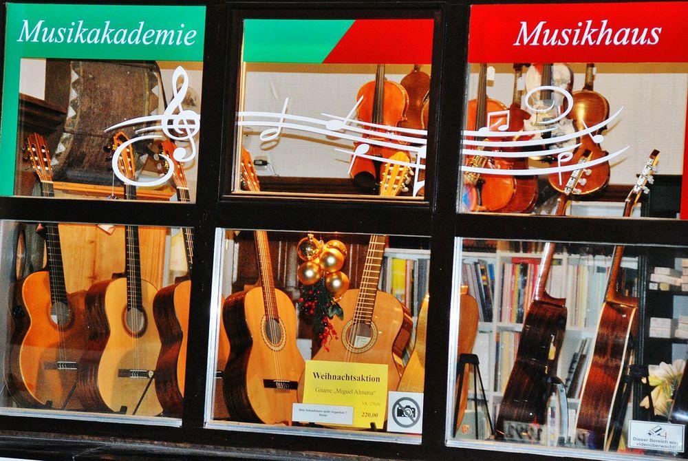 Showcase: January Musik Instrument Instruments Shop Geschäft Musikschule Musicshop Musicschool Gitarre Guitar Telling Stories Differently