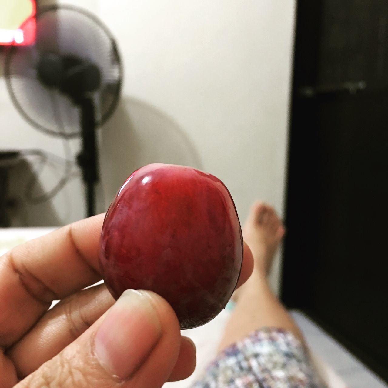 human hand, one person, real people, human body part, fruit, holding, food and drink, food, freshness, indoors, personal perspective, healthy eating, apple - fruit, red, lifestyles, close-up, leisure activity, day, people