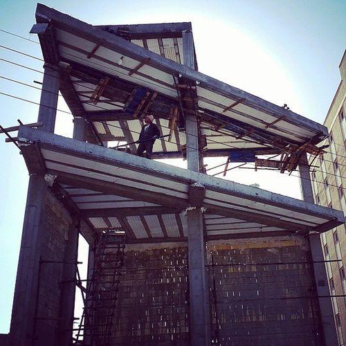 . یک ساختمان عجیب مثلث ی شکل راه پله هم نداره 50 متر بیشتر نیست