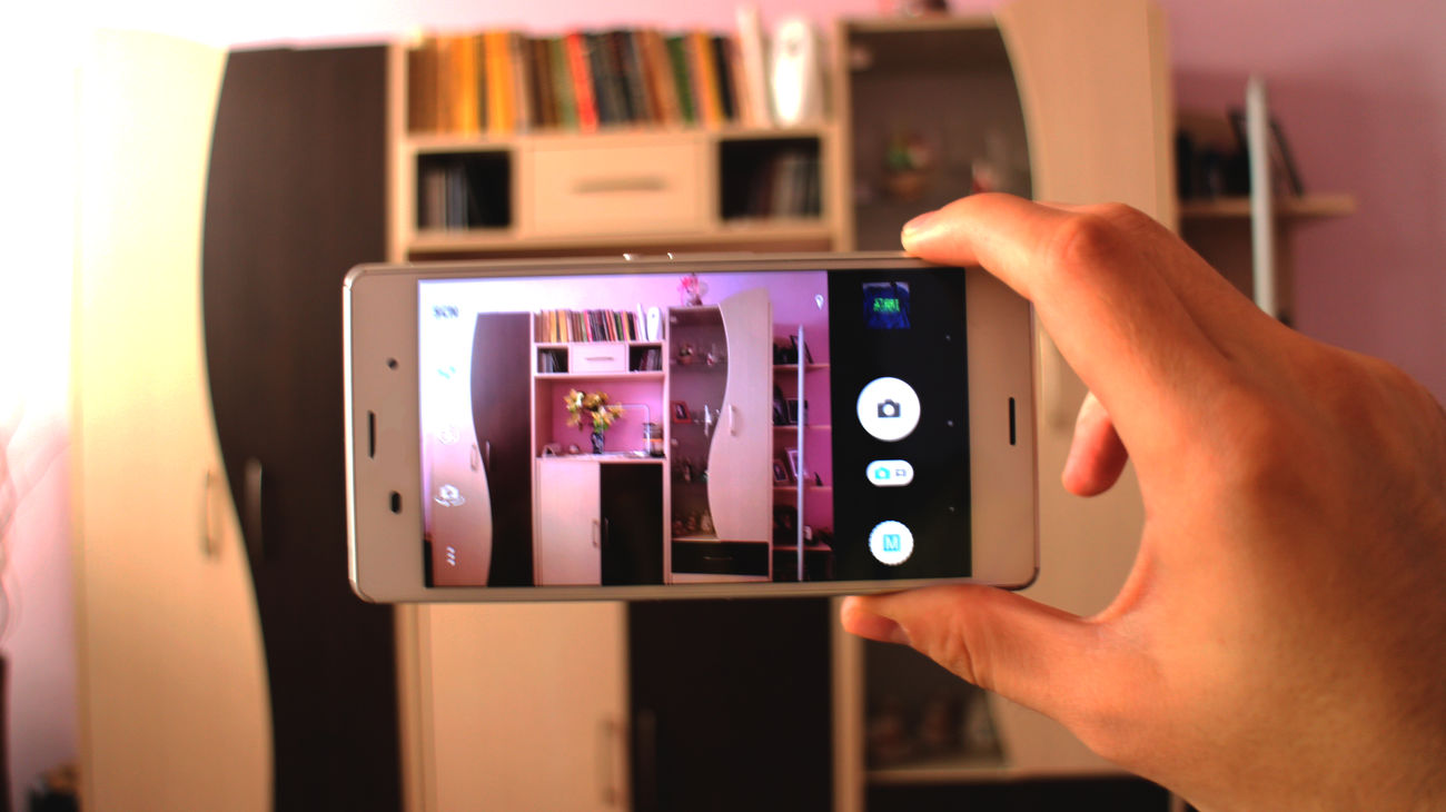 Close-up Communication Connection Day Device Screen Holding Home Interior Human Body Part Human Hand Illuminated Indoors  Lifestyles Mobile Phone One Person Photographing Photography Themes Portable Information Device Real People Screen Smart Phone Technology Touch Screen Wireless Technology