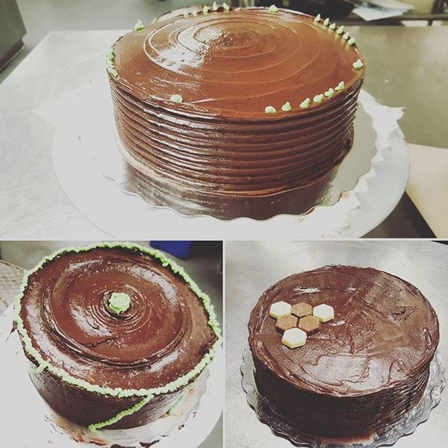 《Baking vanilla cake top with milk chocolate mixed with butter》credits to Ezra (top) & Lucas (right) Baking Cake Chocolate Disign Cakes Cakepops Caking  Icing Calinary Note5 Note5photography Food Deserts Withmychefpantson