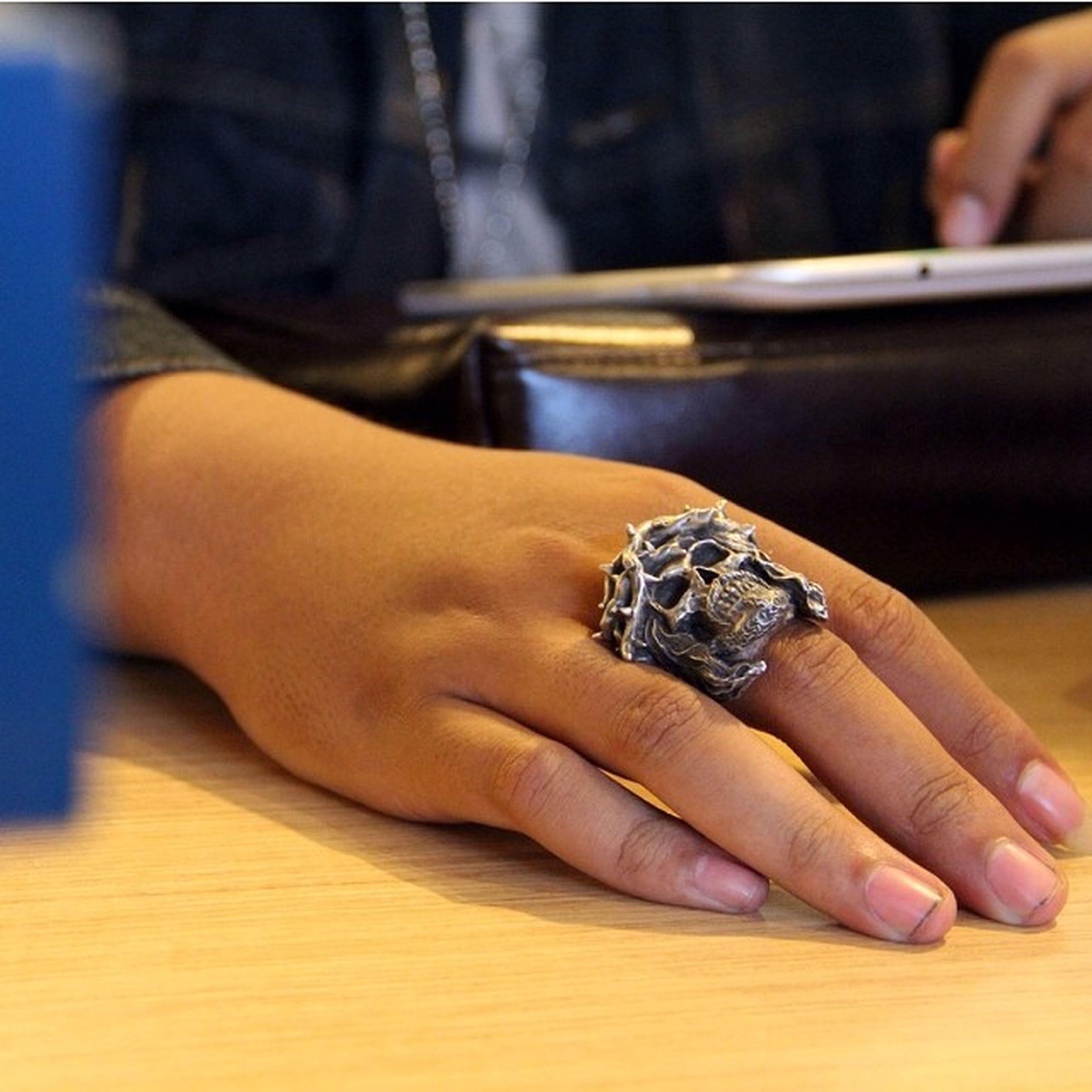 Just met with @albertus_mac and he wears this amazing skull ring ! Fourspeedmetalwerks Fourspeedring Skullring Rings