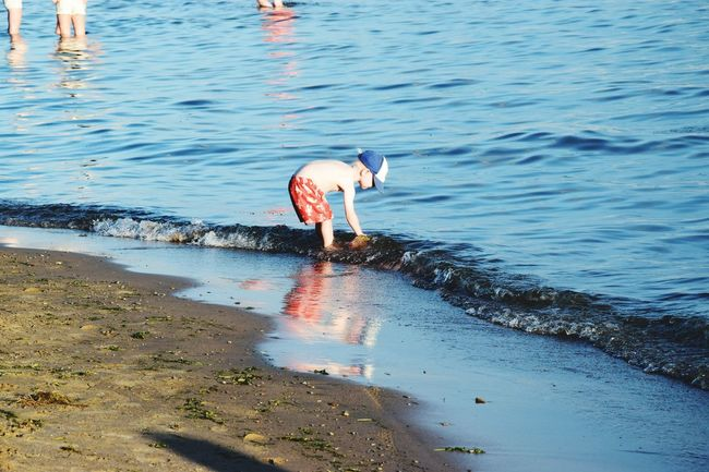 """""""La tendresse a des secondes qui battent plus lentement que les autres."""" Romain Gary Child Water Reflections Childhood Enjoying Life Beachphotography Something Simple Something Special Getting Inspired Cute Port Dover Ontario Canada Water_collection Lake Erie Great Lake NIKON D5300 Colour Of Life"""