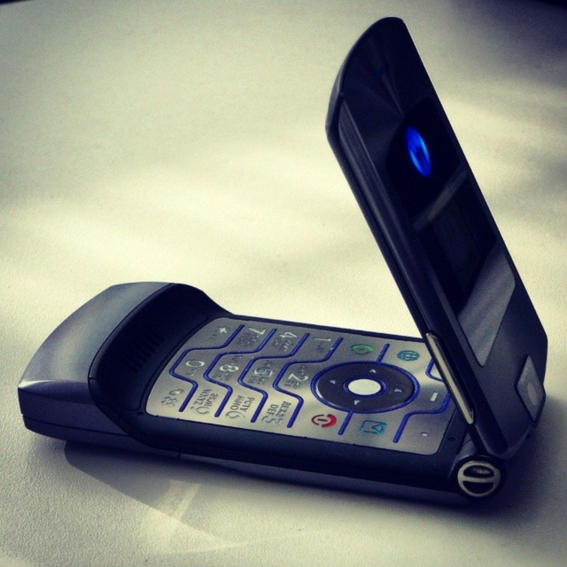 hp ni dah tinggal kenangan, tak sampai berapa bulan, dah hilang macamtu je :'( 2006 Motorola Razr V3