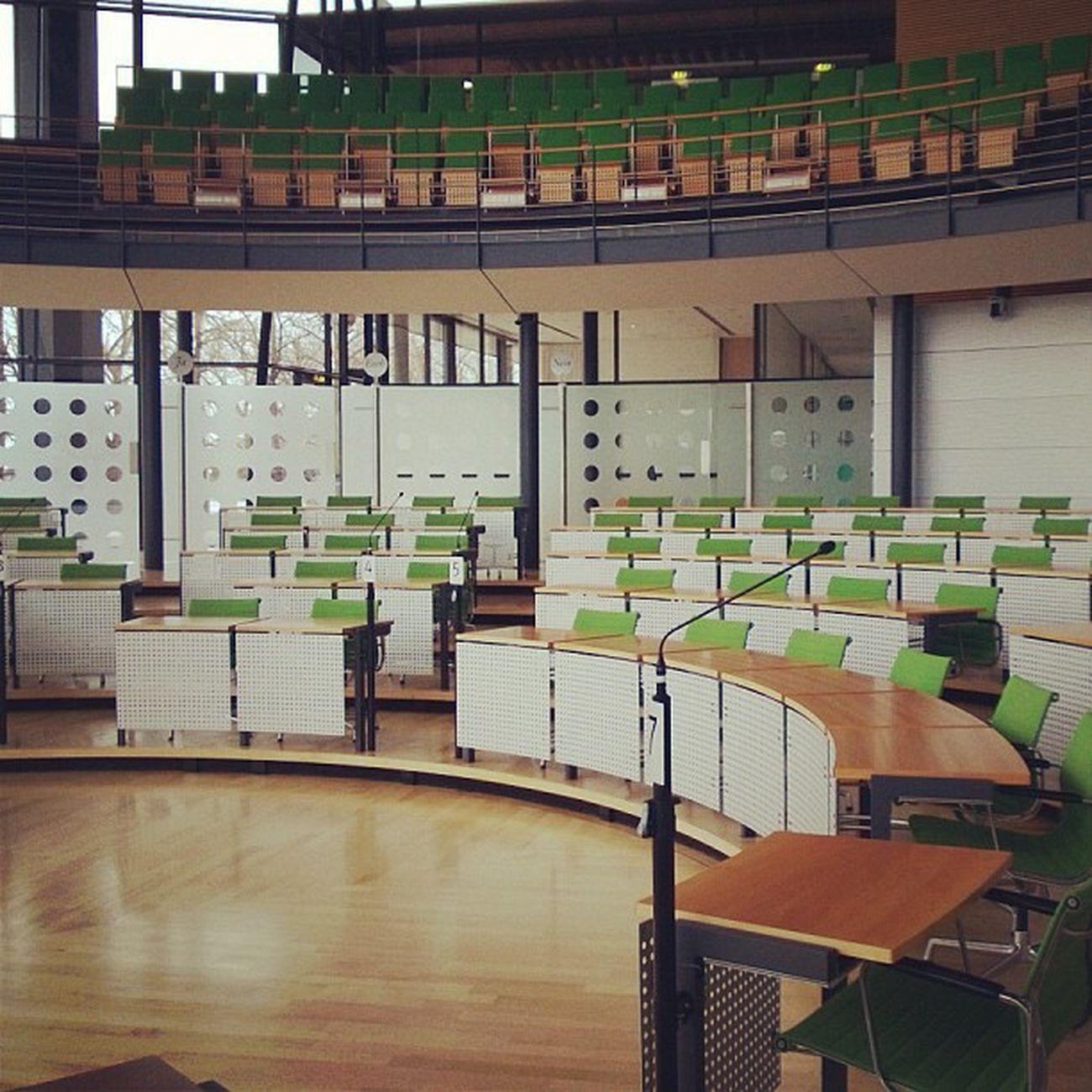 Ein leerer Plenarsaal.
