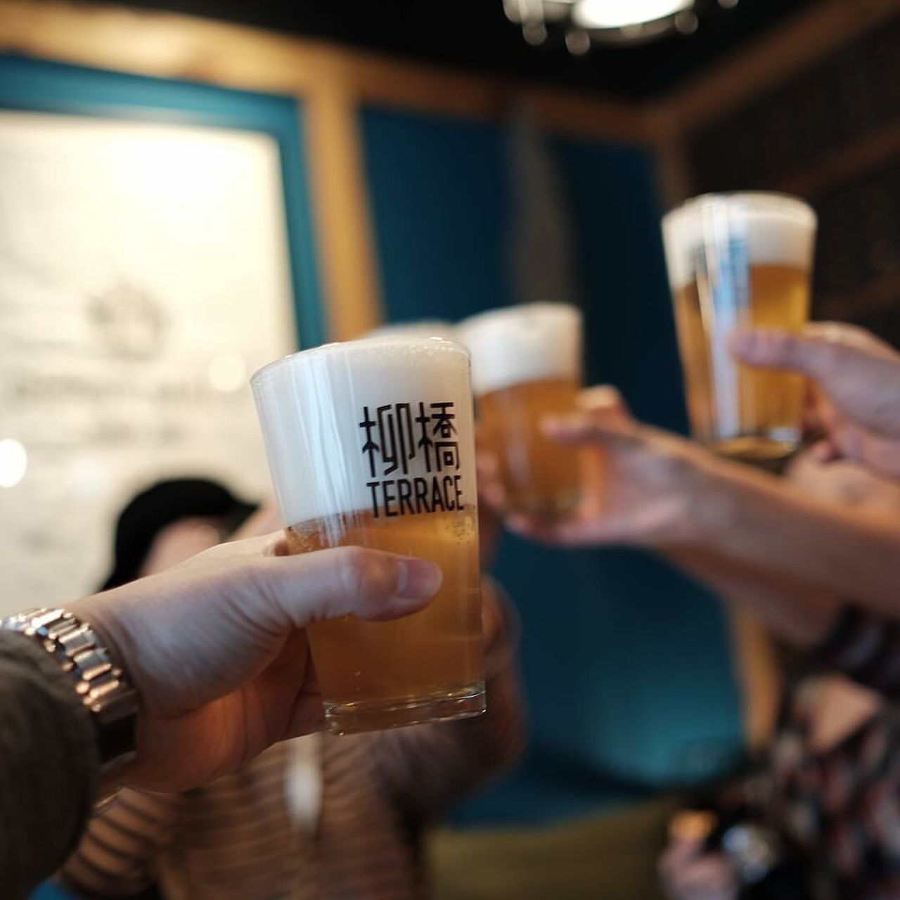 drink, human hand, refreshment, food and drink, beer glass, beer - alcohol, alcohol, holding, drinking glass, human body part, focus on foreground, indoors, real people, close-up, men, one person, frothy drink, freshness, day, people