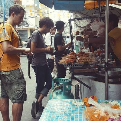Sometimes we get hungry. Streetfood Streetfoodie Foodstall Foodie Peoplewatching Travel Travelshots Explorebkk Bangkok Thailand Everydayasia Dailylife