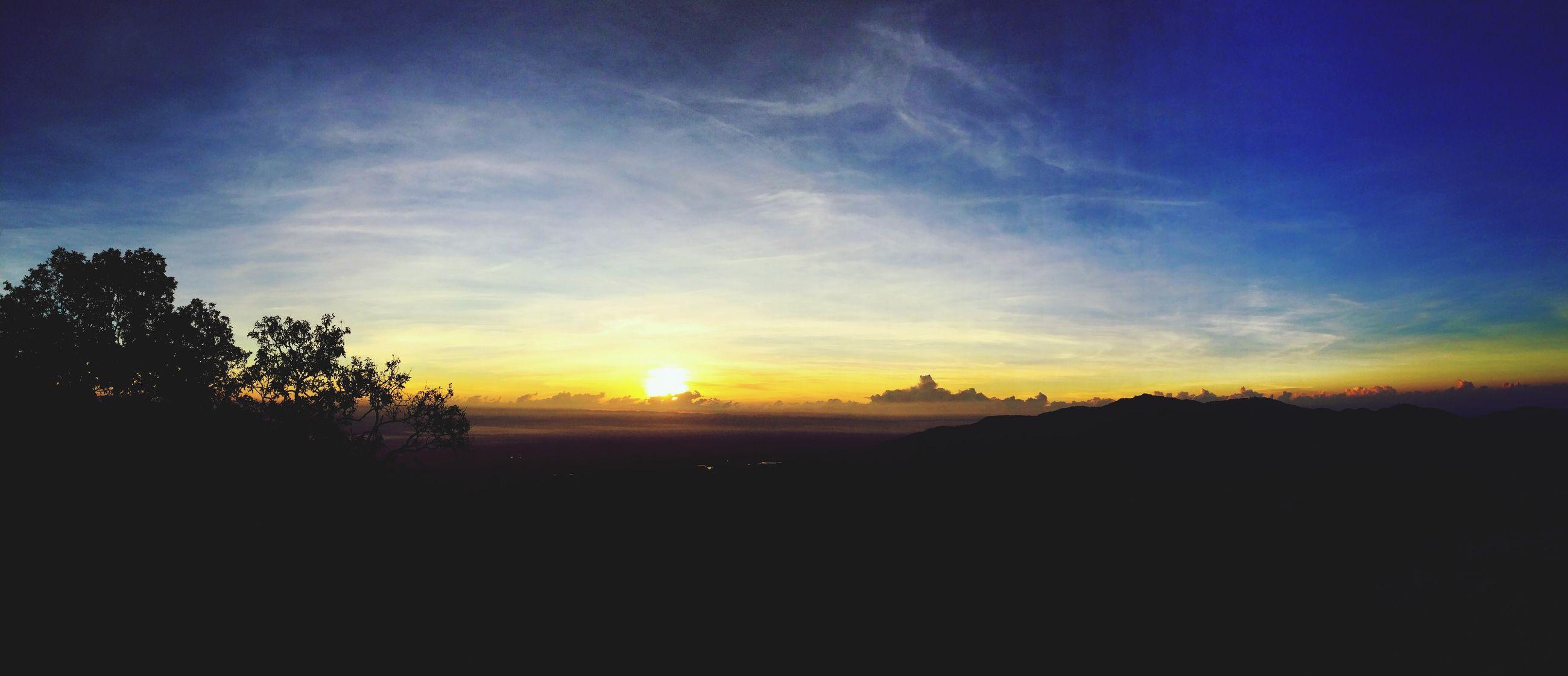 sunset, silhouette, sun, tranquil scene, scenics, tranquility, beauty in nature, sky, landscape, idyllic, nature, sunlight, orange color, sunbeam, tree, copy space, cloud - sky, cloud, outdoors, non-urban scene