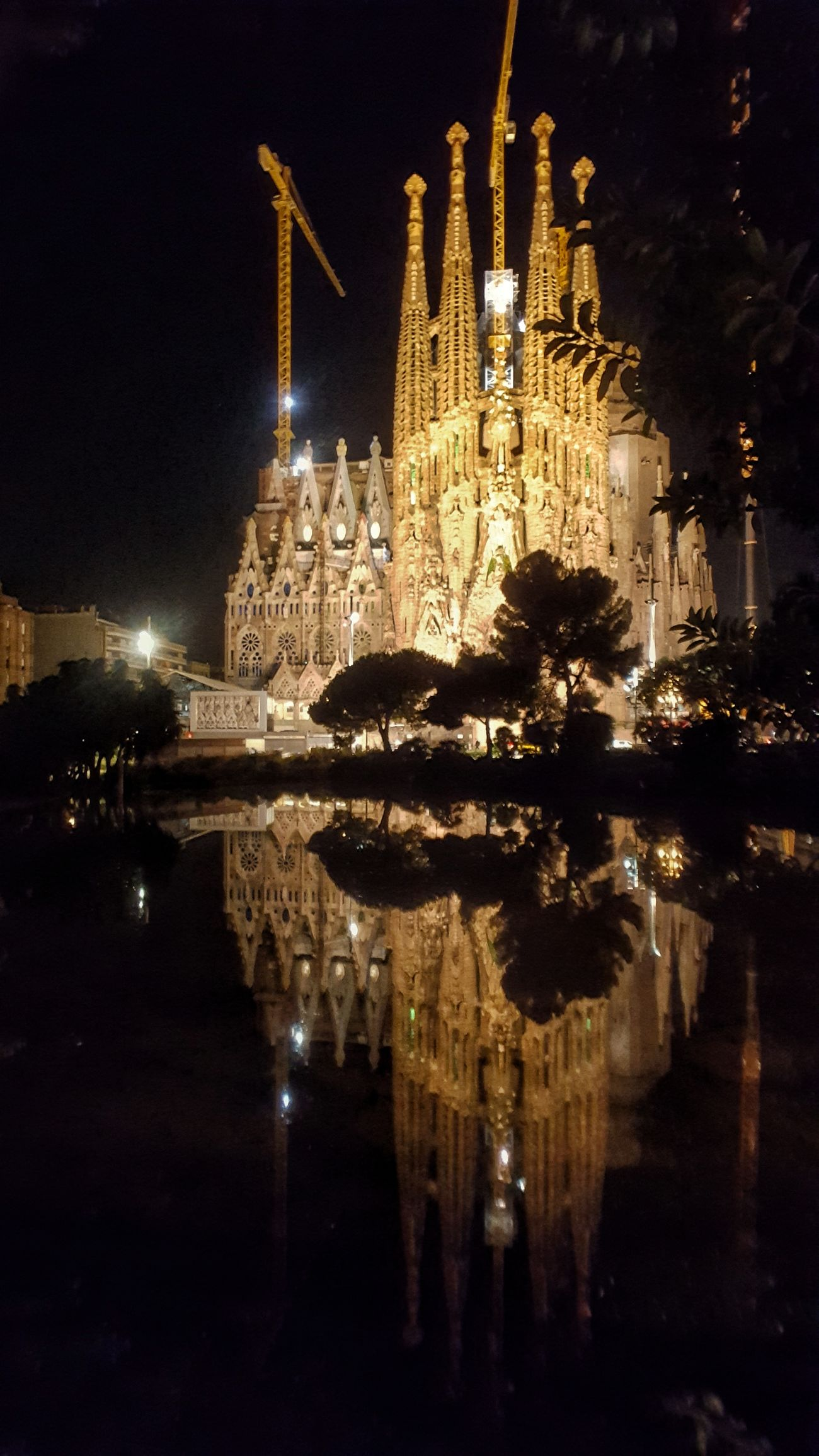 Hoy he vuelto otra vez....🎶🎶🎶 Night Reflection Illuminated Water City Architecture Built Structure Night Photography Nightphotography Night Lights Capture The Moment Reflejos From My Point Of View Templo Religion Basilica Reflections Architecture Religious Place