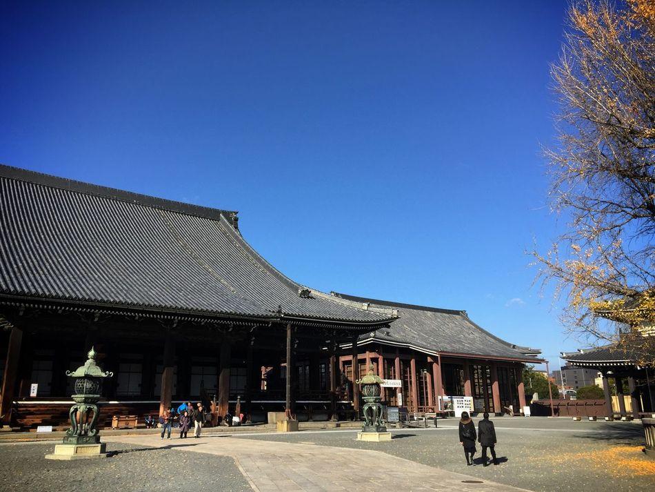 People visiting Nishi-Hongwan-ji temple in Kyoto Traveling Architecture Kx2014
