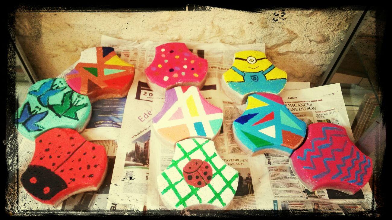 Créations du jour... mes petites artistes ont fait de la déco sur des pavés pour le potager communal. Creation Atelier Creeadom artiste Saint Selve