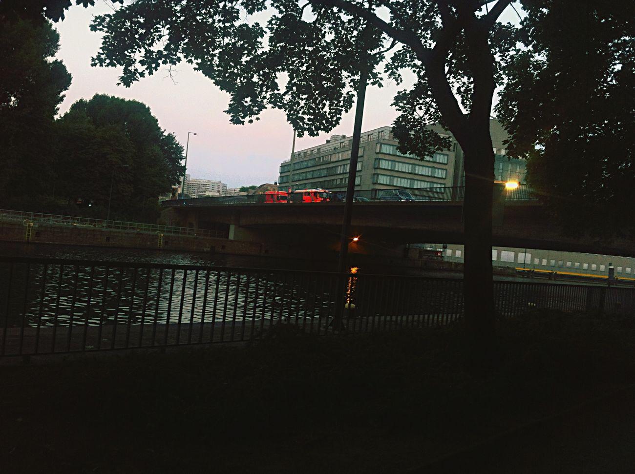 Gerade auf der Mühlendamm -Brücke/ Schleuse Mühlendamm beobachtet, wie Jemand über die Reeling der Brücke klettert, und ins Wasser springen wollte!!! - Polizei & Feuerwehr alamiert!!!
