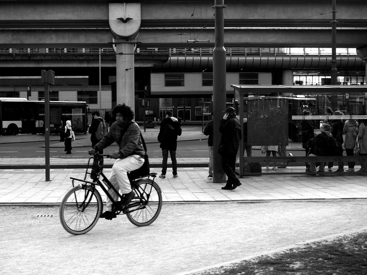 transportation, real people, public transportation, men, mode of transport, women, large group of people, group of people, architecture, day, indoors, adult, people