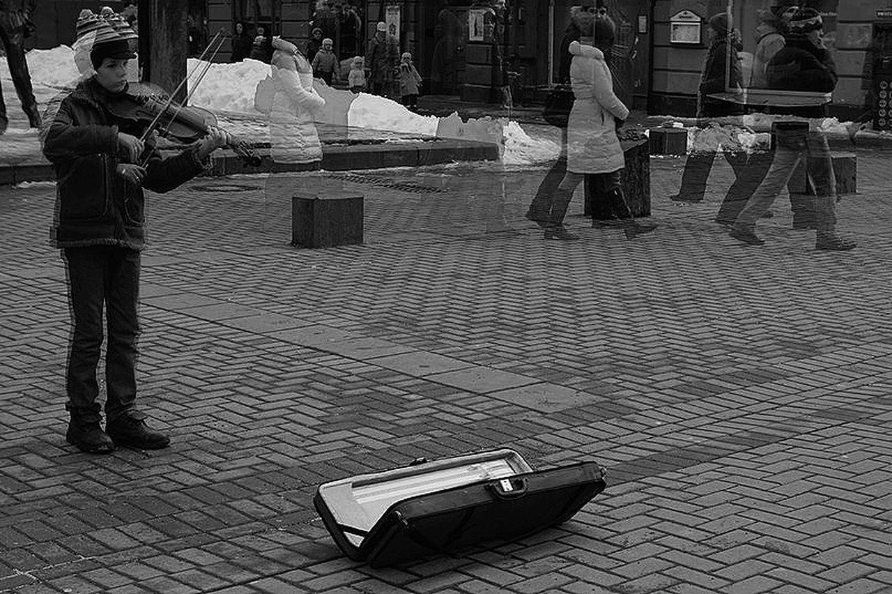 Арбат старыйарбат Москва мальчик ребенок музыка Люди тоска Чб камера сони улица Moments Camera City Дорога Sonyalpha движение