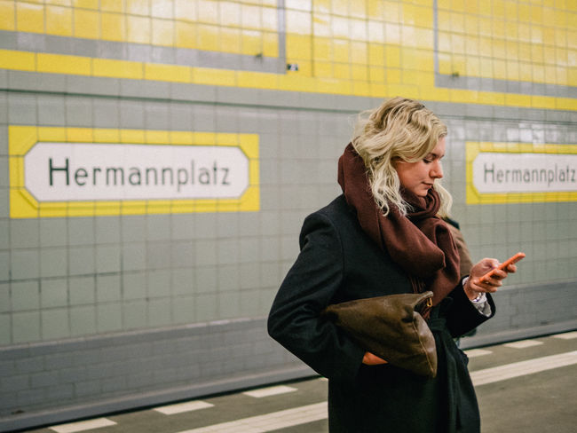 waitin' Berlin Hermannplatz Smartphone Ubhan Woman