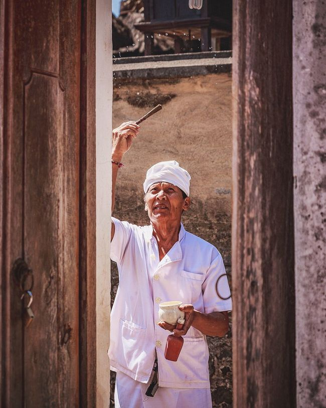 The people of Bali! Bali INDONESIA Exploring Traditional Culture Tradition Travel Adventure Followme Photography Bali, Indonesia Check This Out Traveling Priest Religion Believe Ritual Indonesia_photography Tenganan Candidasa Candidasa Bali Balinese Believe ♡