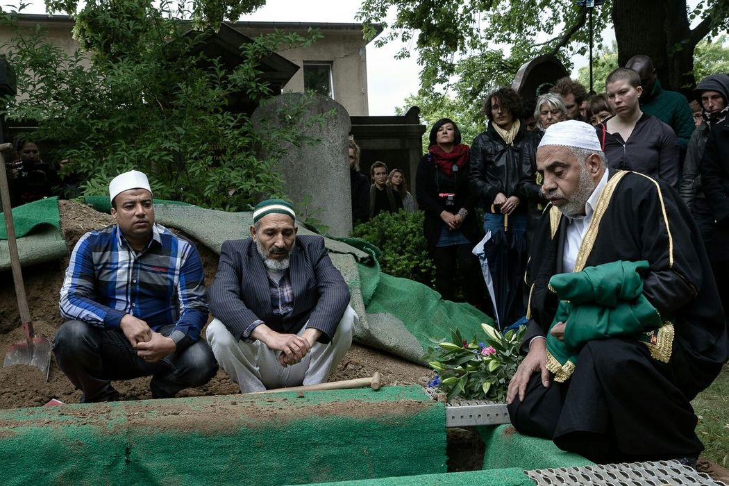 Burial of a 60 year old Syrian Palestinian Refugee, who died of cancer on his Way to , organised by the centre for political beauty. May he rest in Peace. Dietotenkommen