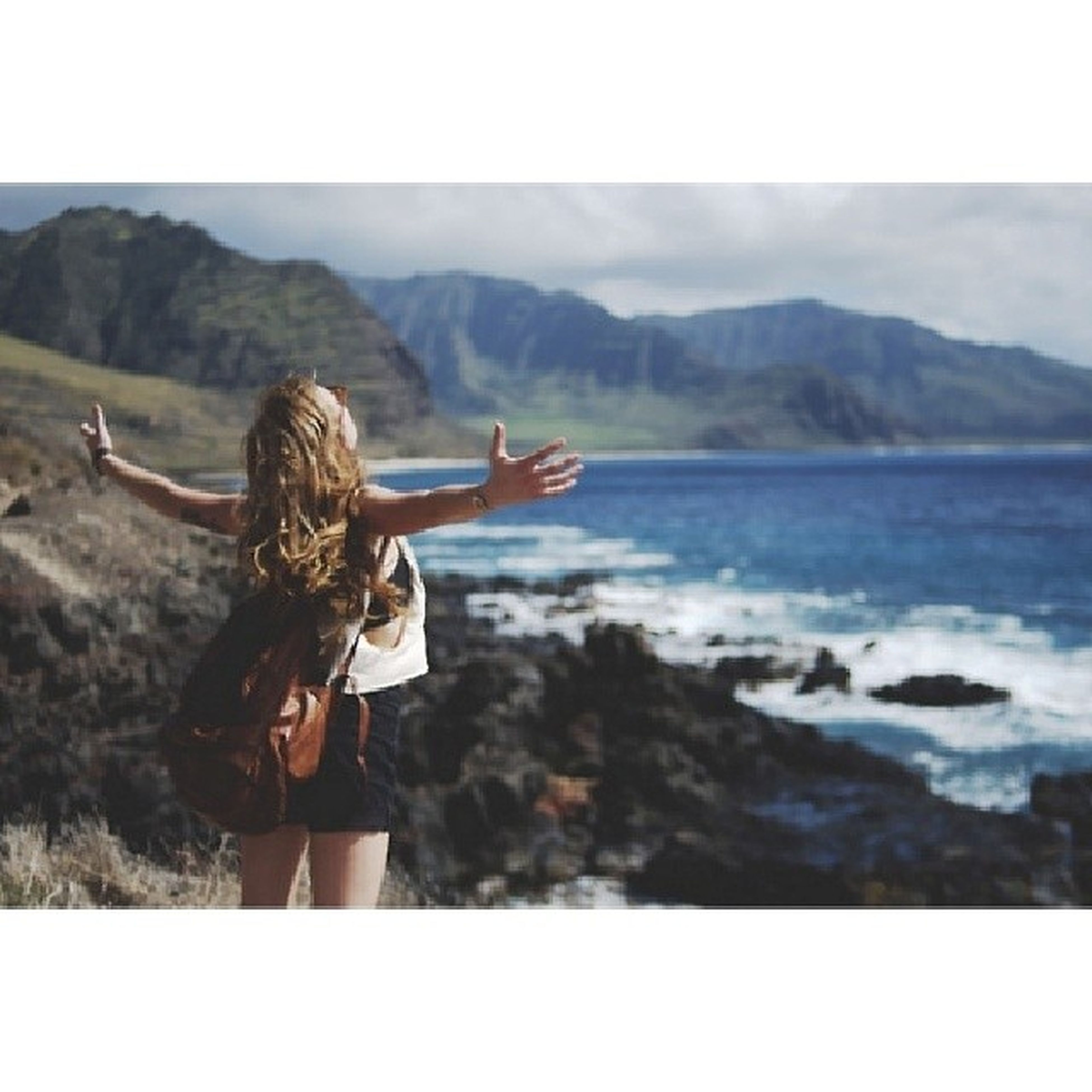 lifestyles, leisure activity, young adult, young women, sea, mountain, person, transfer print, long hair, sky, standing, auto post production filter, tranquil scene, tranquility, scenics, beauty in nature, water, rear view