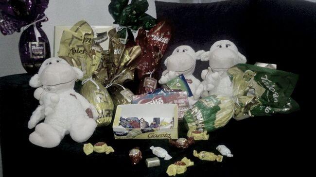 """Feliz Páscoa """")   Obs: Vou Me Matar Com Tanto Chocolate , Ganhei Do Maninho Marco Aurélio !"""