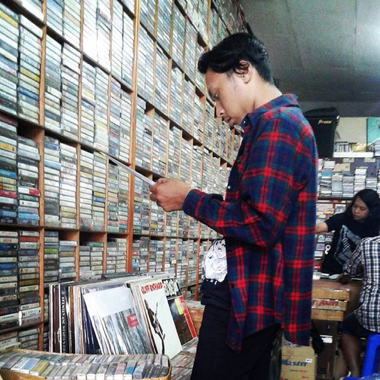 Senin lalu. Migren kalo udah liat yg beginian pengenya sih dibeli semua sama toko tokonya tapi sayangnya kantong kresek tak memadai 😄😜😱😬👅👄😍😘📼💿 Dumusik Cassete Cd Vinyl Sagalaayadaaslinik Jajanrock Migren Hayangkabeh Hahaha Dipatiukur Bandung Westjava