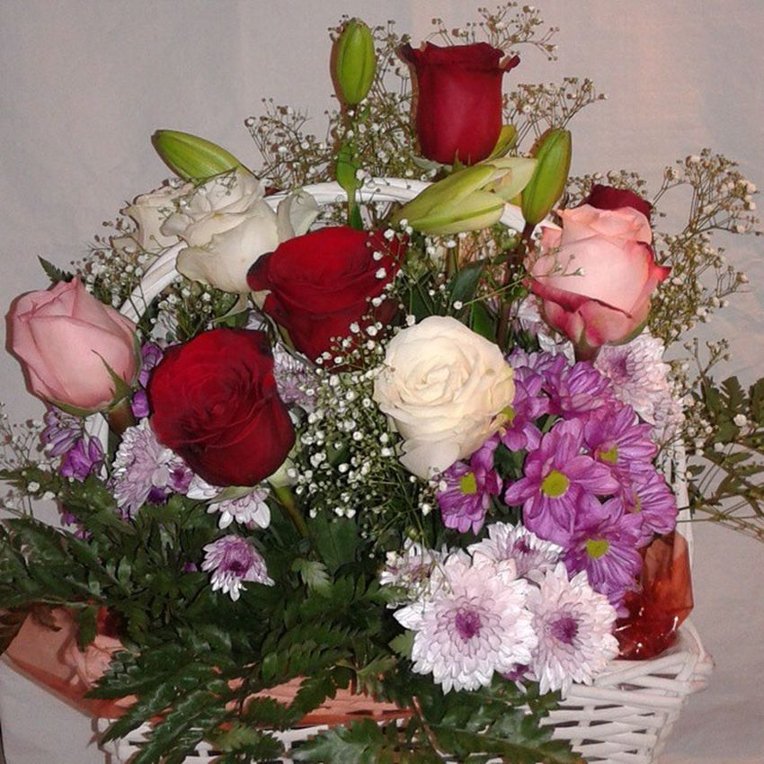 Cesta de rosas variadas con flores a juego. Http://graficflower.com Rosasazules Rosaadomicilio Rosas Ramoderosas Ramosderosas Ramodeflores  Regalodeaniversario RegaloDeCumpleaños Regalooriginal Regalosanvalentin