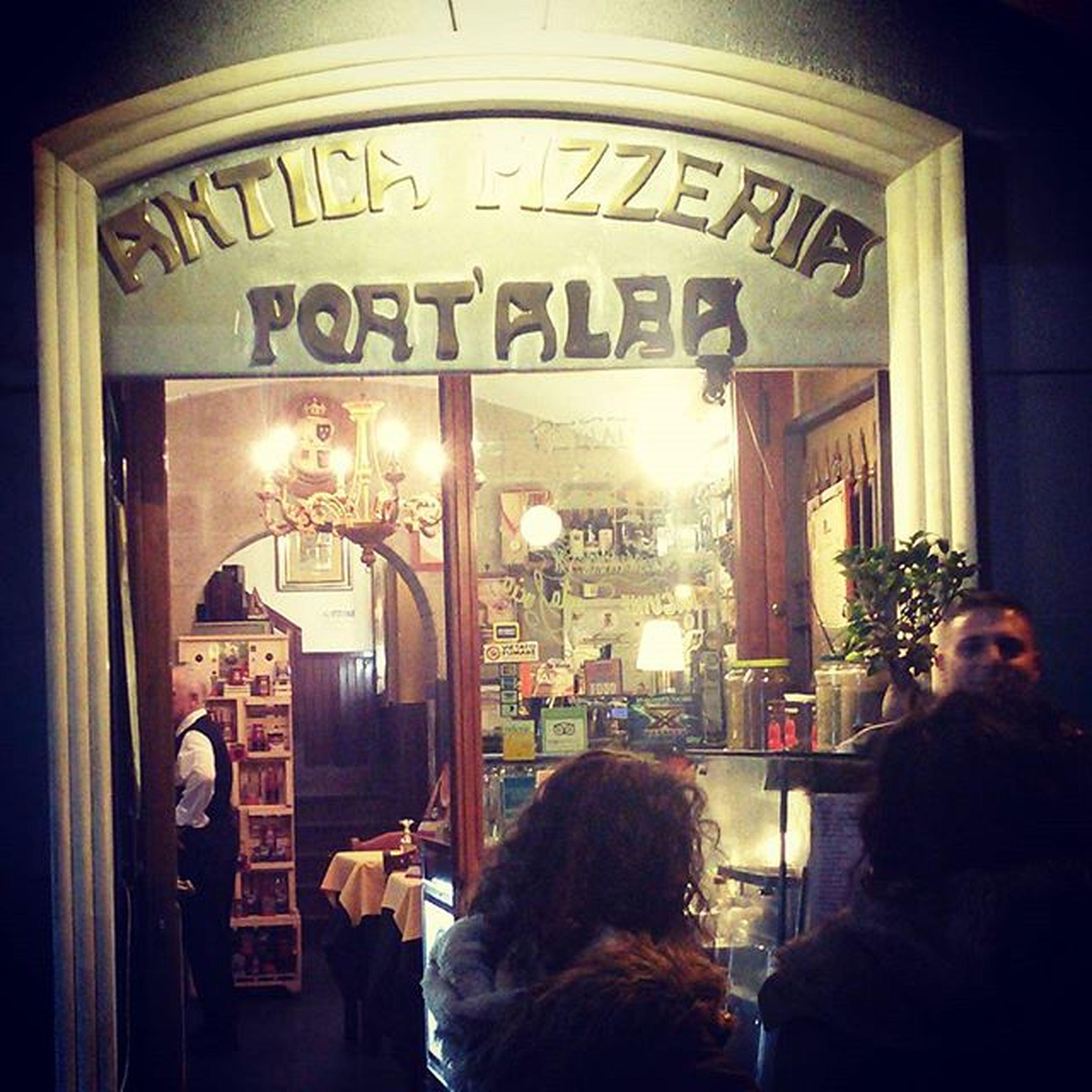 Pizza Napoli Portalba Centrostorico pizze straordinarie un menù originale, tipico e importante. Camerieri molto professionali e grandi napoletani. Selezione e scelta di pizze di alta qualità !