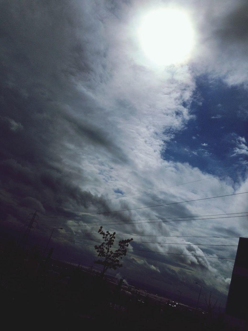 gökyüzü gibidir aşk masmavi ve berrak zaten aşkta en güzel olan değilmidir aynı gökyüzünü paylaşmak Blue Sky Whitesun