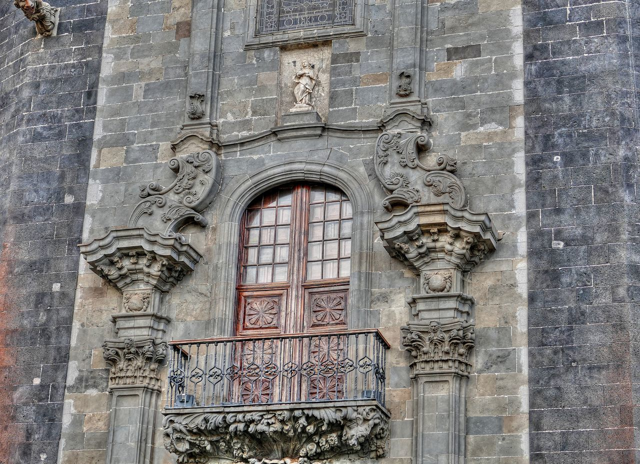 architecture, human representation, history, day, built structure, building exterior, travel destinations, bas relief, no people, low angle view, outdoors, arch, sculpture, facade, statue, close-up