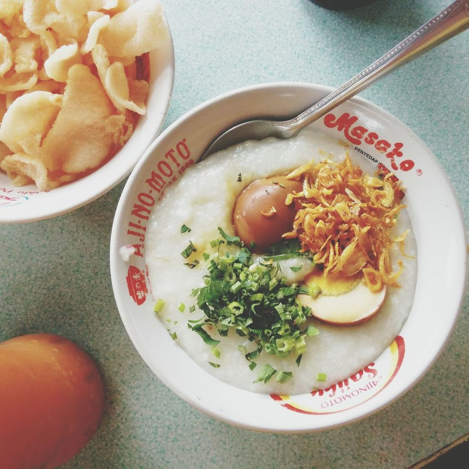 Sunday breakfast with the most delicious chicken porridge in Gegerkalong. Karna sedang sakit tenggorokan jadi saya tidak pakai ayam, cakwe dan kacang :D Foodporn Foodphotography Bandung, West Java Indonesianculinary