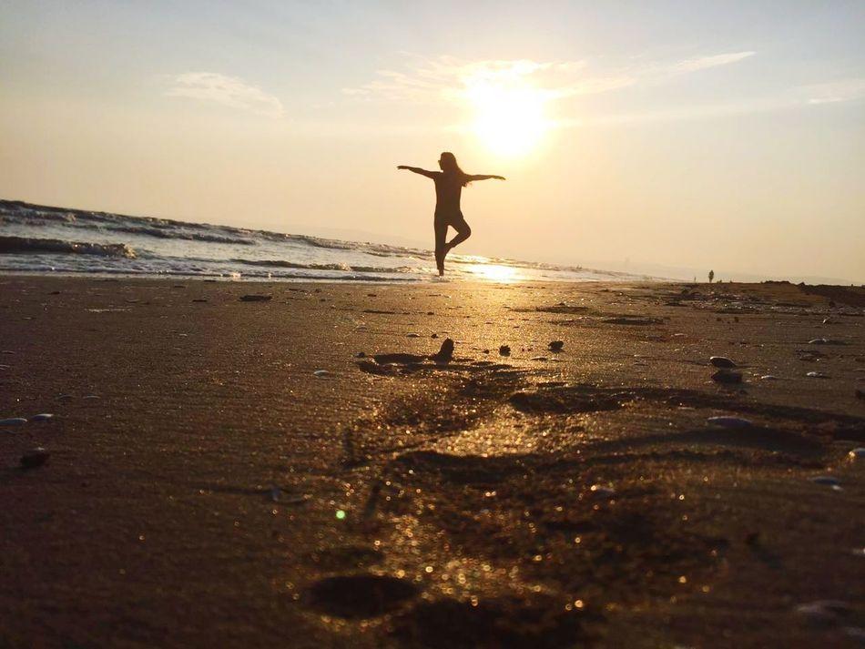 Tadını çıkar 🏖 🌞 Sunset Beach One Person Sea Sun Silhouette Lifestyles Travel Destinations Sunlight Deniz Kum Gunes Sahil Tatil Travel TCPM