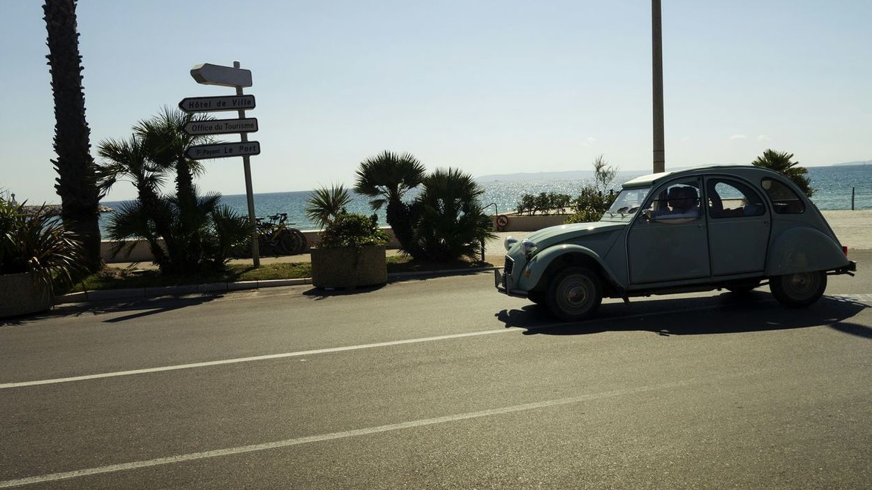 Leaving tonight Driving back to Belgium. Had a wonderfull time here at the La Cote D'Azur ☀☀☀☺- Citroen 2cv Citroen Palmtree Seaside Blue Sky Streetphotography Turquoise By Motorola RePicture Travel Mein Automoment