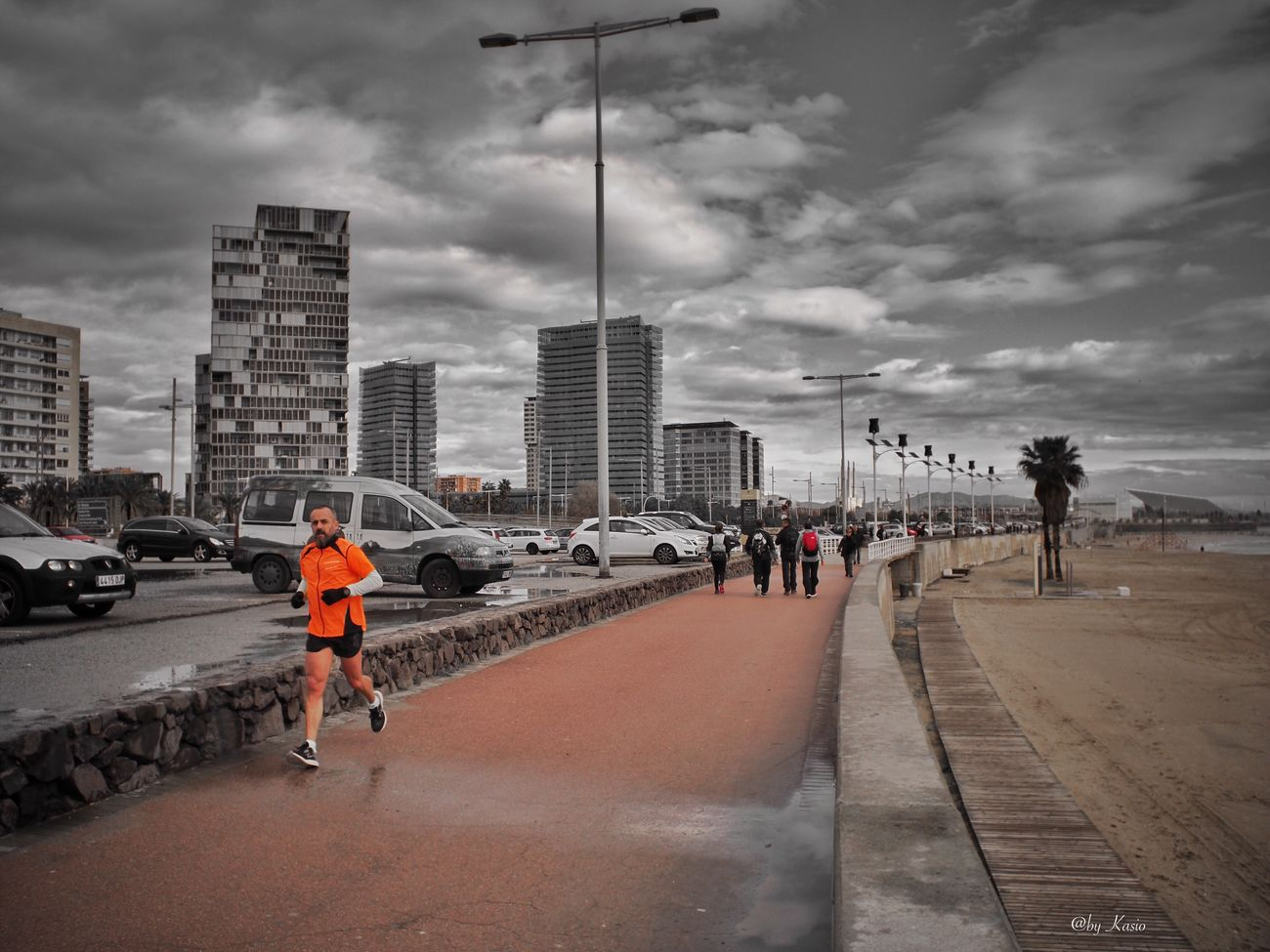Y de pronto todo el mundo echó a correr, como queriendo escapar de su propio destino. Architecture City Cloud - Sky Men Running Runner EyeEm Best Shots Eye4photography  Capture The Moment Olympus Om-d E-m10 Olympus Sport City Life City Street Streetphotography Street Photography EyeEm Best Edits
