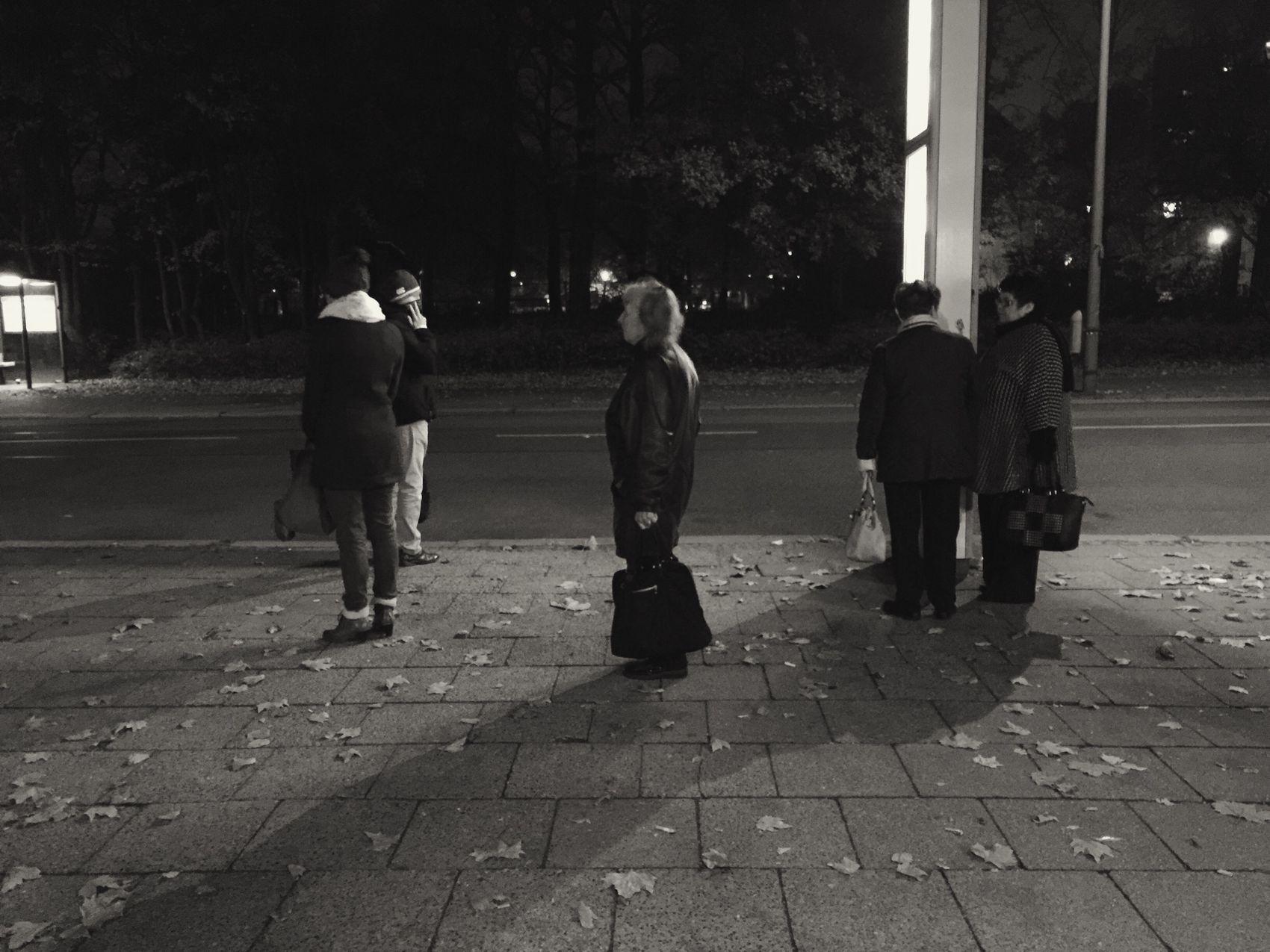 Warten auf den Bus Berlin Bvg Bus Bus Stop Streetphotography Waiting Warten Night Nacht