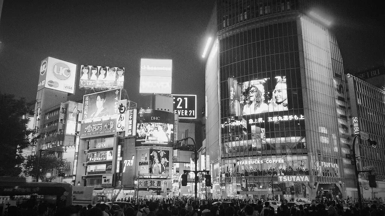 スクランブル交差点 渋谷駅前スクランブル交差点 Shibuya 渋谷 Black And White Blackandwhite Blackandwhite Photography Black & White Black And White Photography Black&white Blackandwhitephotography IPhoneography Night Night Lights
