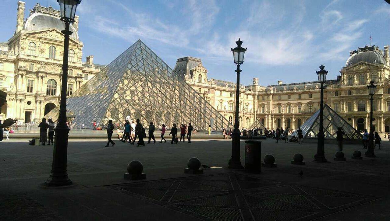 The Louvre Traveling Museum Sky Pepole Light Tourism Tourists Louvre Louvremuseum
