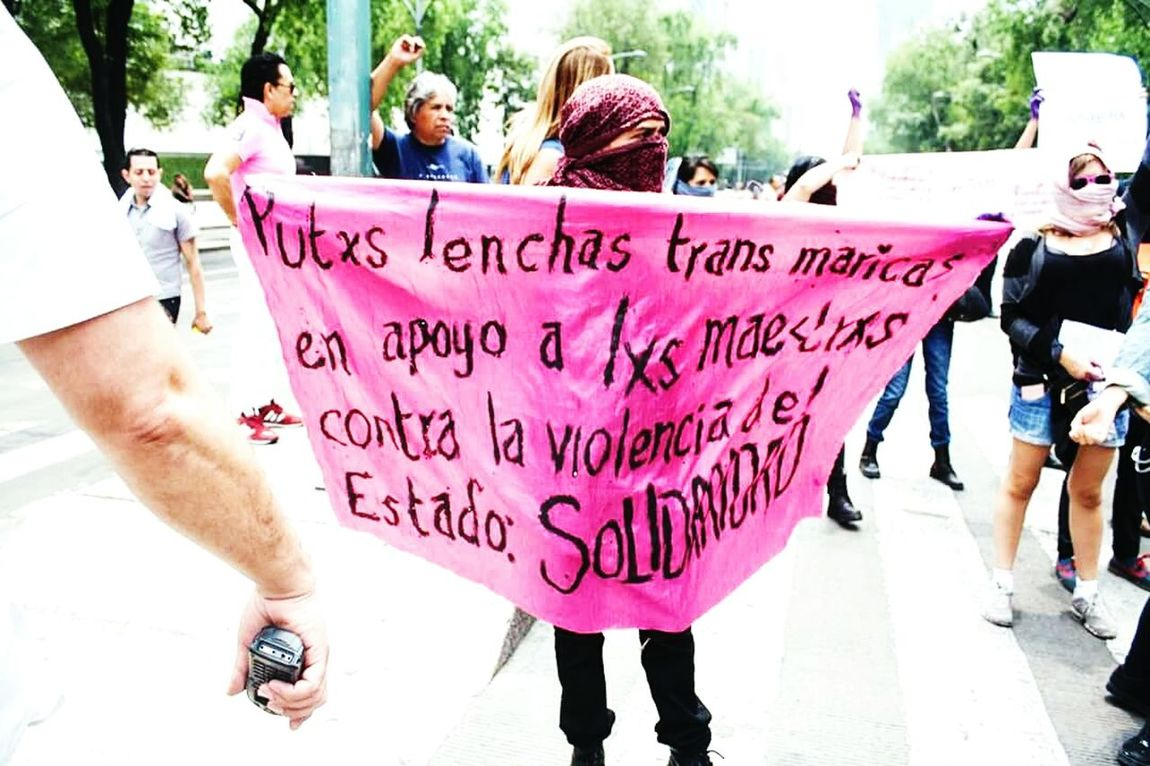 (contra) marcha: LGBTTTI Mexico city supporting the violence of the State... Marcha Mareavioleta Contramarcha Lgbt Pride Lgbtti LGBTTTI Mexico Mexico City Protest Protesting Fueramercadorosa Lesbians Trans Gay Pride