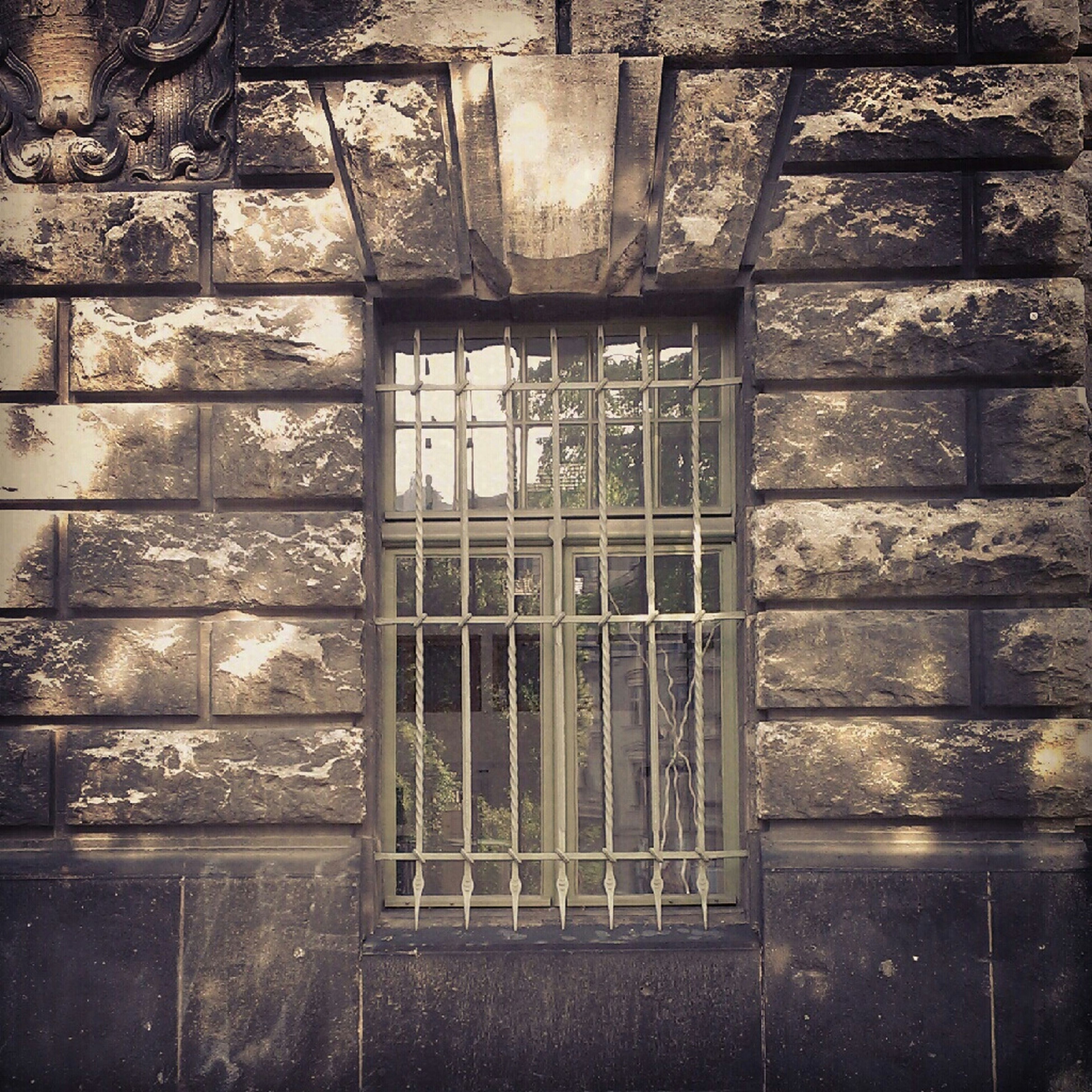 architecture, built structure, window, building exterior, brick wall, wall - building feature, old, full frame, pattern, damaged, abandoned, backgrounds, wall, weathered, no people, day, deterioration, textured, close-up, building