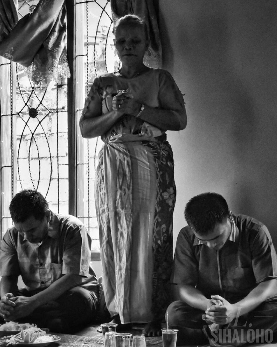 Praying Women BW_photography Bnwphotography Bnw Photography Humaninterestphotography People Praising The Lord humaninterestindonesia INDONESIA Humaninterest