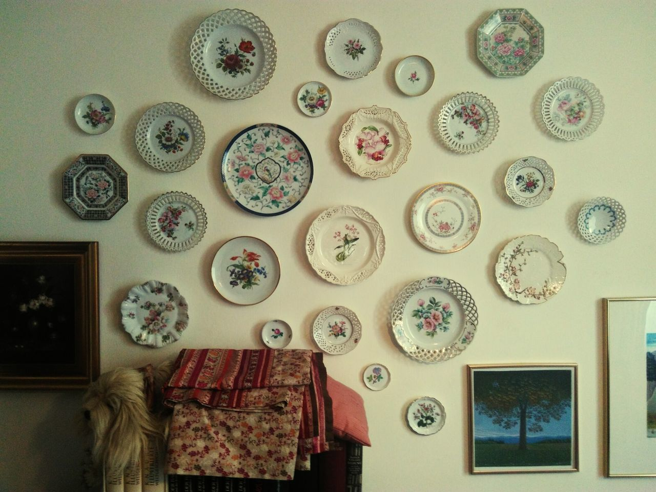 Beautifully Organized Plate Teller Wall Plates Wandteller Indoors  Pattern Hanging Plates Decoration Large Group Of Objects Arrangement