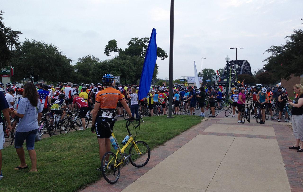 large group of people, real people, men, tree, leisure activity, sky, day, sports race, outdoors, women, helmet, crowd, biker, people, adult