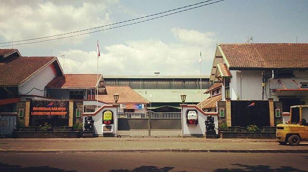 Bengkel Sepur. Ini adalah pemandangan depan rumah saya, Balai Yasa Yogyakarta, satu diantara bengkel kereta api (sepur) terbesar di Indonesia selain Manggarai (Jakarta) dan Sidotopo (Surabaya). Bengkel ini spesialis memperbaiki lokokmotif. Di dalamnya juga terdapat 'kuburan' kereta alias wreck yard bagi kereta yang menemui ajalnya. Salah satu 'koleksi' yang terkenal yaitu bangkai kereta tragedi Bintaro. Terakhir kali saya melihatnya di tahun 1992 ketika masih kecil dan bebas menjelajah di dalamnya. Entah sekarang masih ada atau berubah wujud jadi besi kiloan. Depanrumah Pengok Bengkel Sepur Kereta Balaiyasa Yogya Eksplorjogja Instanusantaradiy
